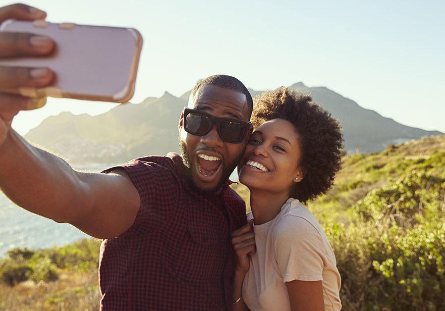 couple-taking-travel-selfie